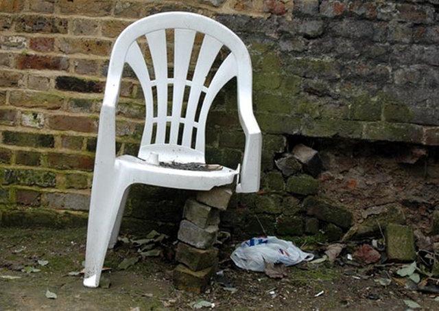 Старый сломанный стул